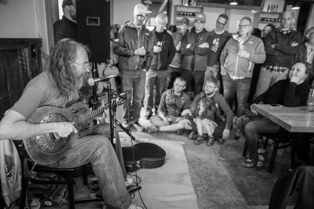 Charlie Parr at 2018 Le Grand du Nord, Voyageur Brewing Co, Grand Marais, MN. Photo: Clint Austin