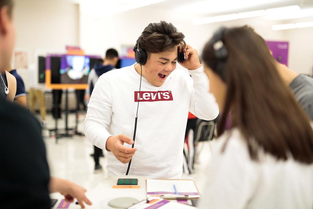 un étudiant utilisant la table sonic