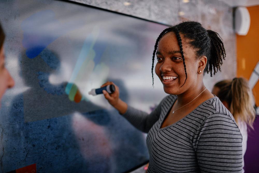 une femme utilisant l'expérience de graffiti digitale
