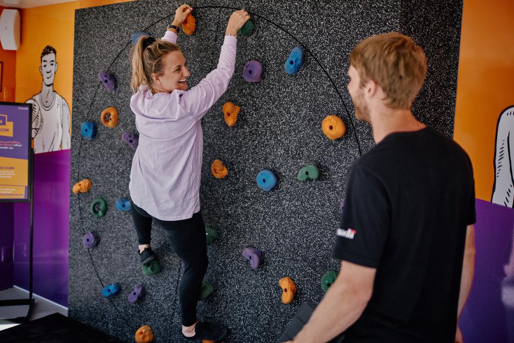Une femme sur le mur d'escalade