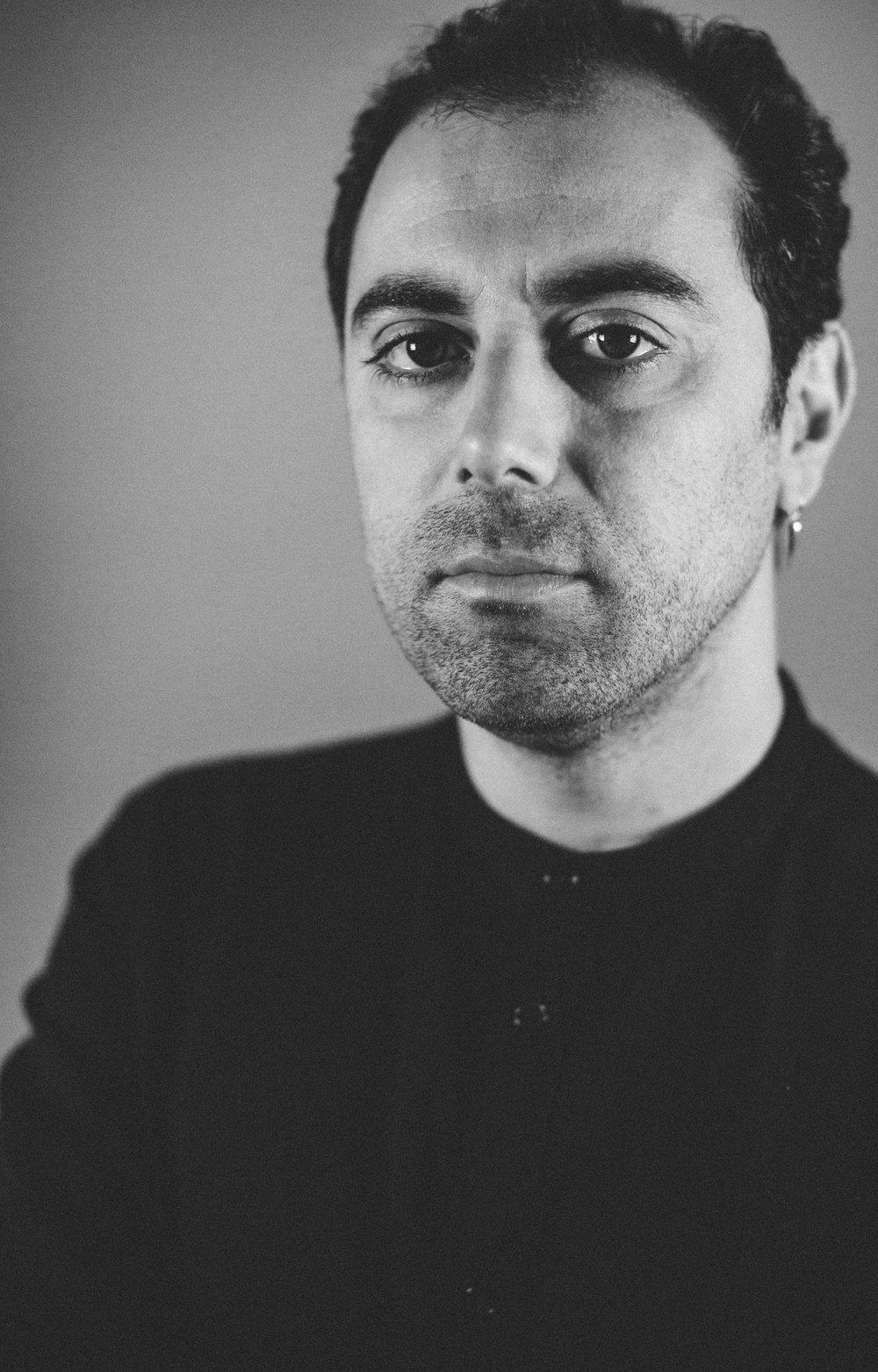 """Ziad Kalthoum - ... wurde 1981 in Homs (Syrien) geboren. Er hat an der Film-Hochschule in Moskau studiert und dort sein Diplom abgelegt. Danach arbeitete Kalthoum als Regieassistent an mehreren Filmen, Serien und Fernsehprogrammen. Sein Dokumentarfilm-Debüt gab er 2011 mit AYDIL (OH, MY HEART). Ein Jahr später stellte er seinen zweiten Dokumentarfilm THE IMMORTAL SERGEANT fertig, bevor er aus der syrischen Armee desertierte und nach Beirut (Libanon) floh. Der Film hatte 2014 beim Internationalen Filmfestival von Locarno seine Premiere, gewann beim BBC Arabic Festival 2015 einen Preis in der Kategorie """"Feature Documentary"""" und wurde bei zahlreichen weiteren internationalen Festivals gezeigt. TASTE OF CEMENT – Der Geschmack von Zement ist sein dritter Film. Ziad Kalthoum lebt und arbeitet in Berlin."""