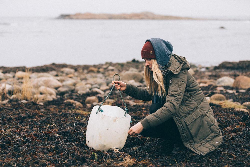 Hitta plast och annat skräp på stranden