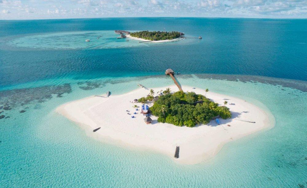 Maafushivaru-island-resort-both-islands.JPG