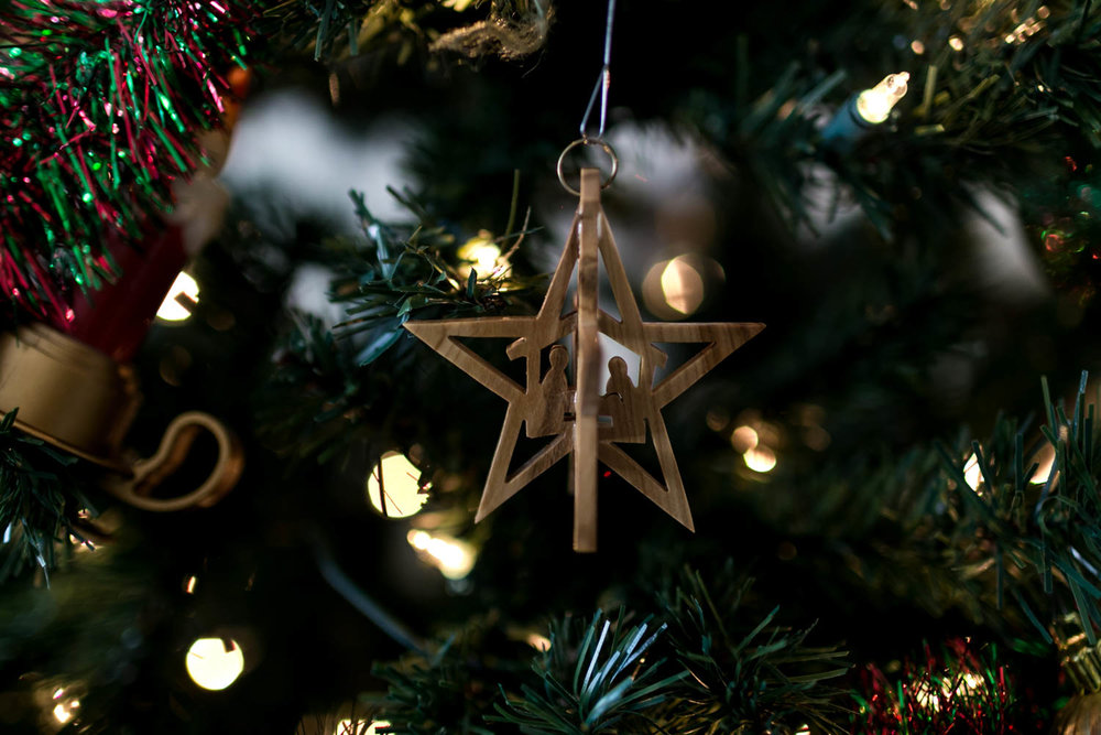 Manger ornament on Christmas Tree at Christmas Tree Trimming photography session in Manhattan, Kansas. Photographed by Renee McDaniel of Renee McDaniel Photography.