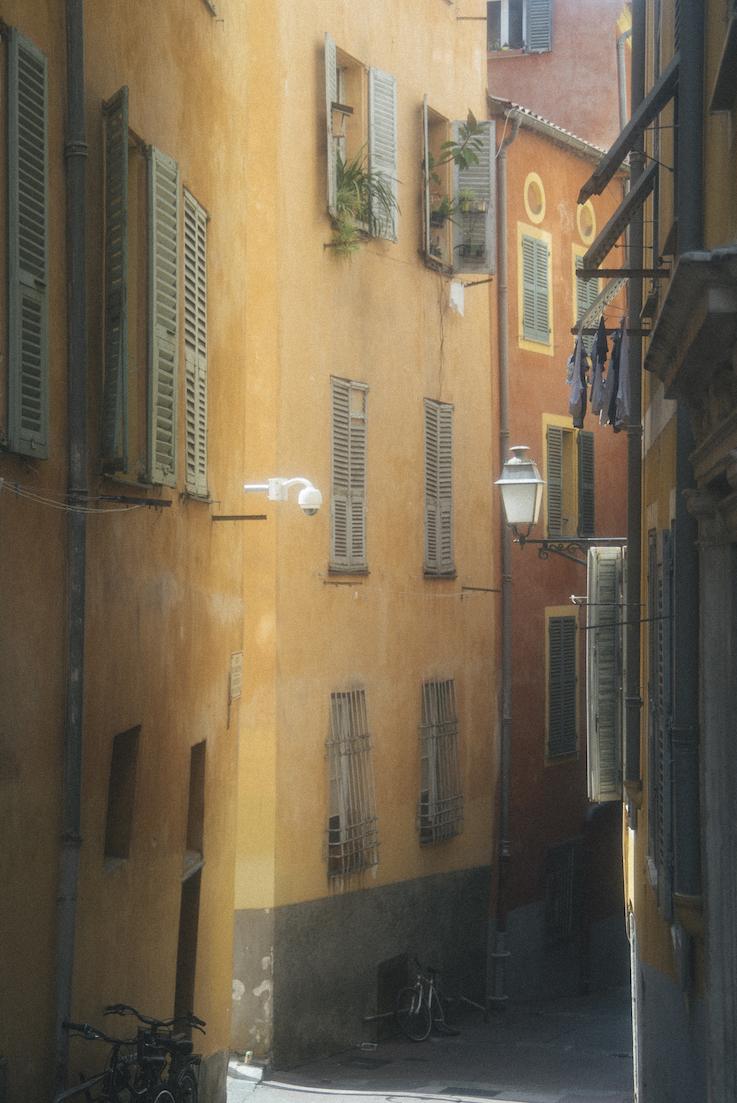 As coloridas ruas da cidade antiga. Até as roupas no varal pareciam estrategicamente posicionadas.