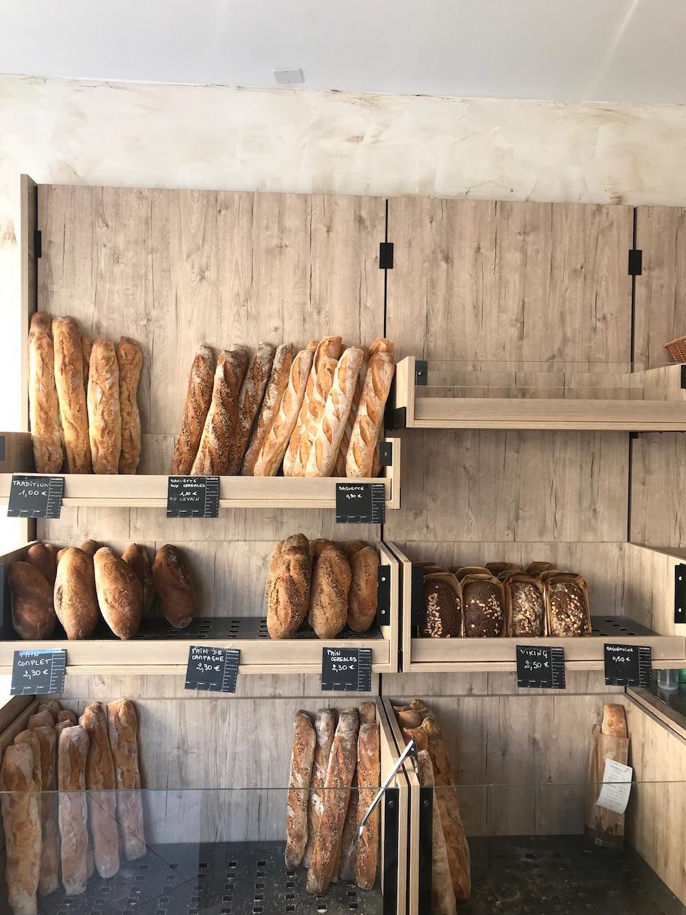 Quase todas as manhãs eu buscava meu café nesta boulangerie, em frente à estação do tram (trem de superfície da cidade) mais perto da escola.