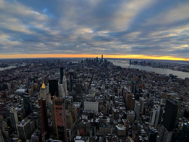 Manhattan sunset ... #shotoniphone #olloclip #traveler #traveling #wanderlust #traveller #nyc #newyork #empirestate #empirestatebuilding #sunset #manhattan