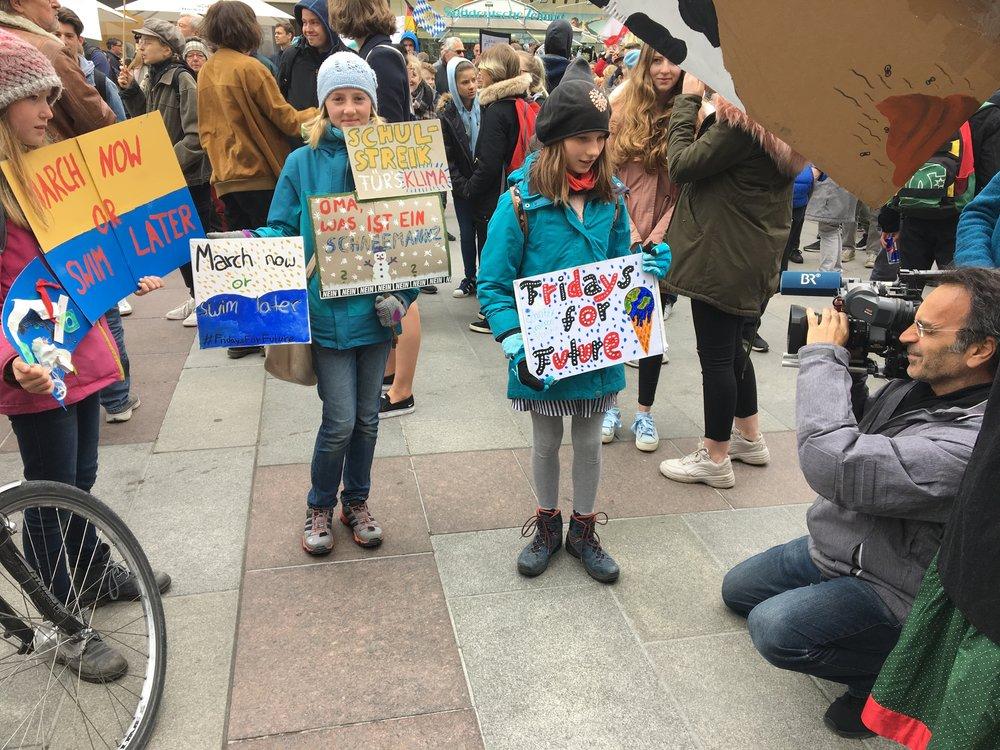 Bavarian television records young FridaysForFuture activists at Munich's Marienplatz