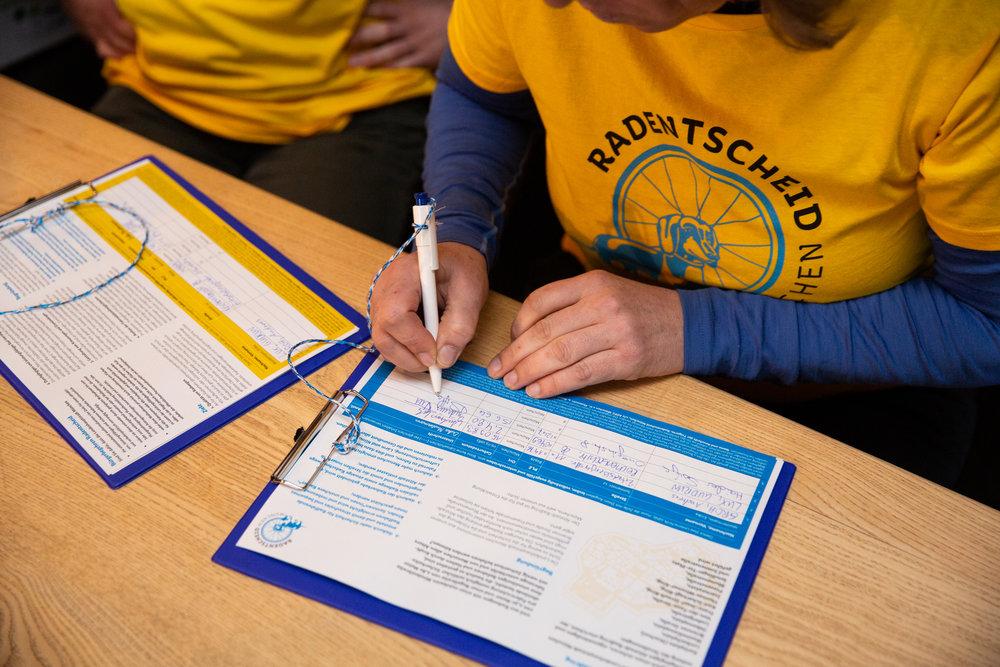 Cyclists signing the bicycle Munich referendum (picture from Radentscheid München: https://www.radentscheidmuenchen.de/presse/)
