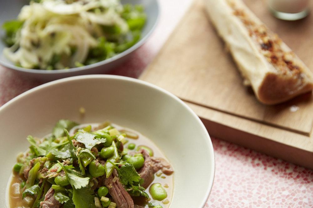 Vordergrund:  Pulled Haxe mit Hülsenfrüchten  Hintergrund:  Markknochen, Fenchel-Rucola-Salat