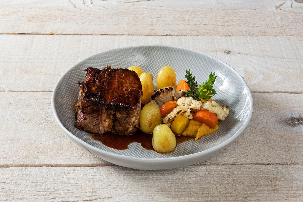 Thomas Löffler fait cuire son aiguille de bœuf sous vide pendant 42 bonnes heures avant de la faire revenir brièvement à la poêle. Comme garniture il utilise, de façon typiquement suisse, des pommes de terre, des carottes et du chou-fleur. Un plat superbe!