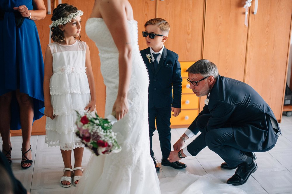 street-photography-wedding-in-naples-boy-and-girl-stare-at-the-bride-getting-ready.jpg