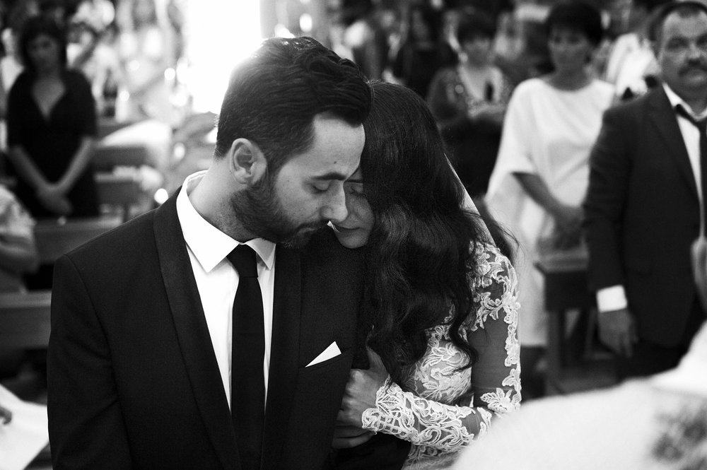 a-tender-moment-during-ceremony-in-italy-black-and-white-wedding-photography.jpg