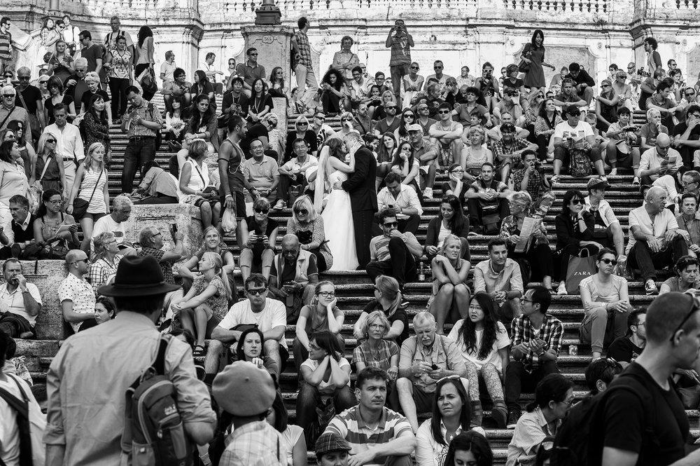 rome-spanish-steps-kiss-among-the-crowd-black-and-white-wedding-photography.jpg