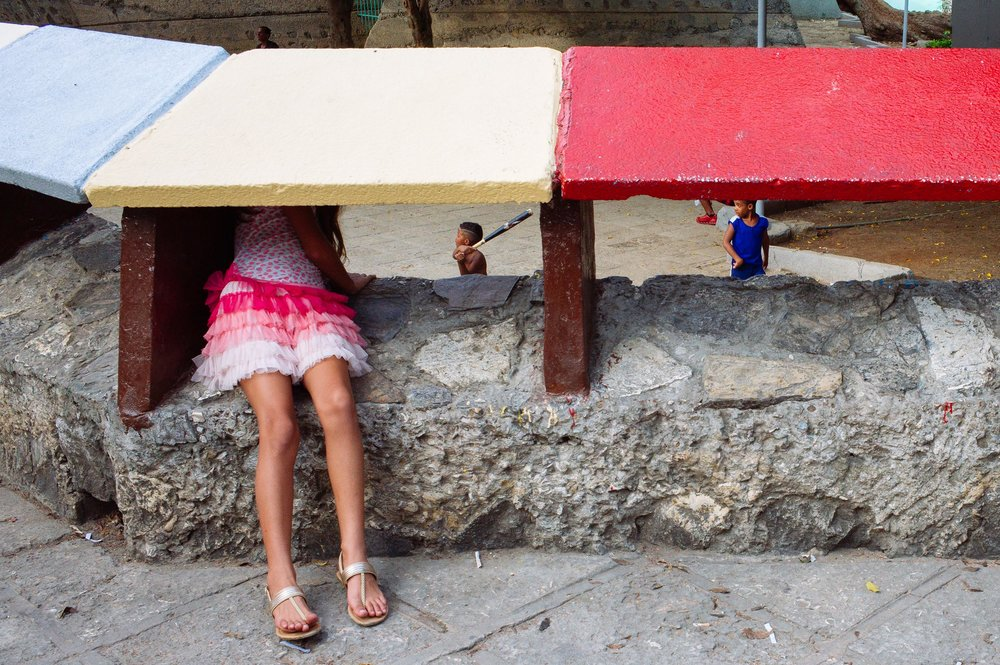 La-Habana-2016-girl-watches-kids-playing-baseball-in-a-courtyard-street-photography-by-Alessandro-Avenali.jpg