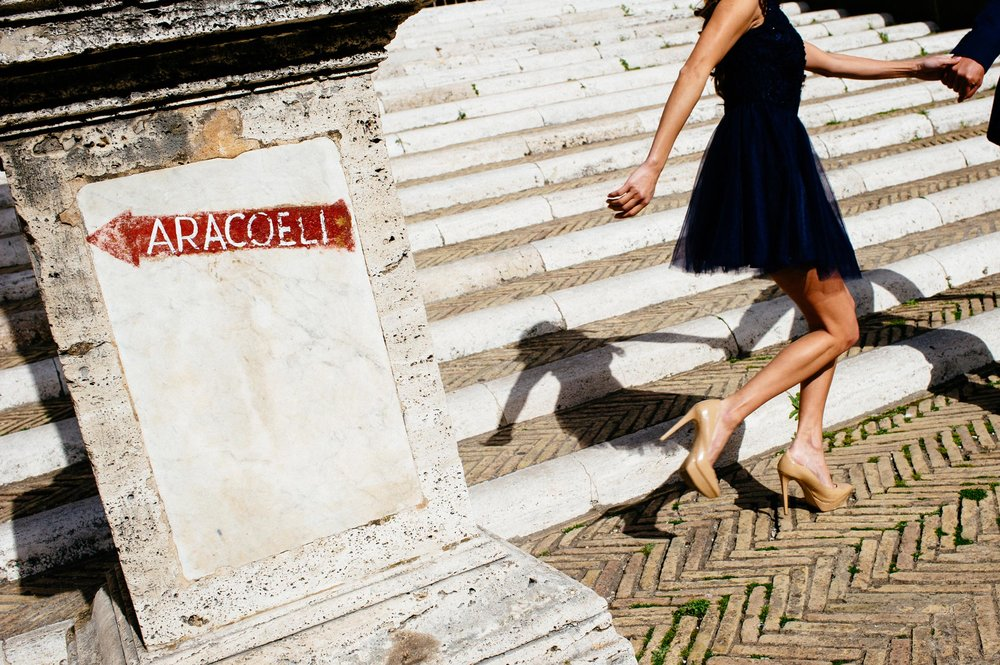 engagement-in-rome-ara-coeli-couple-running-steps-alessandro-avenali.jpg
