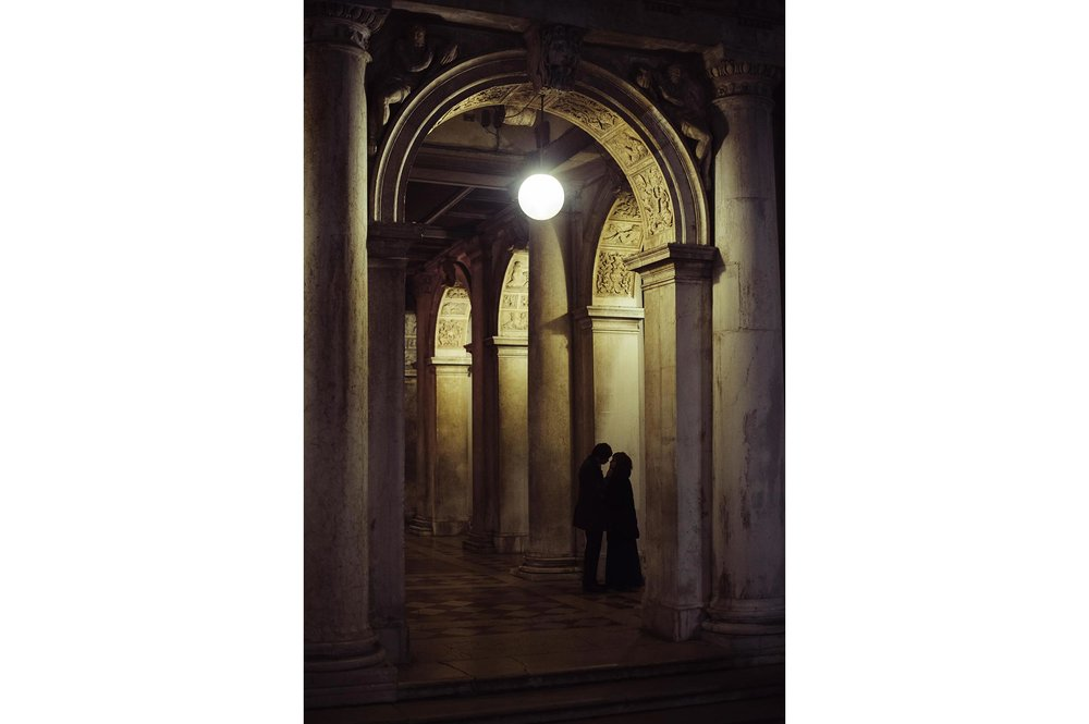 love-couple-portrait-in-venice-at-night-engagement-honeymoon-annyversary-in-italy.jpg