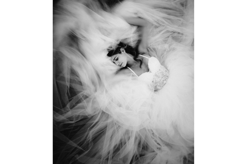 bridal dress portrait black and white wedding photography by Alessandro Avenali.jpg