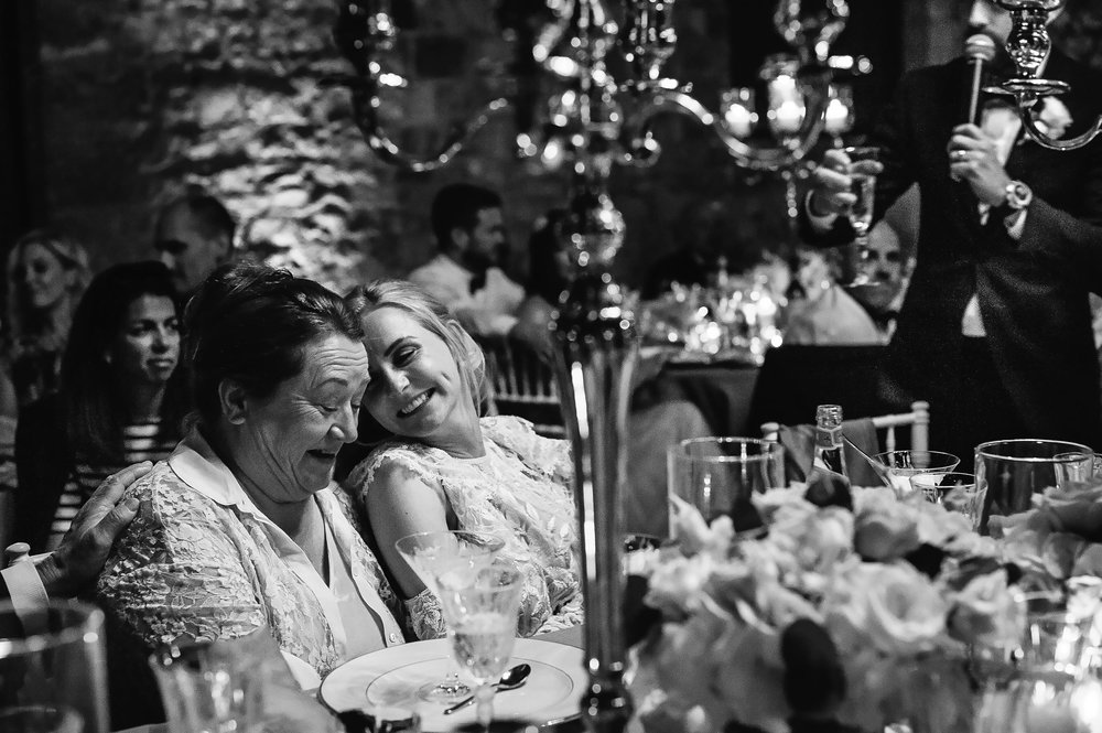 moving-speech-luxury-wedding-bride-groom-mom-parents-black-and-white-documentary-wedding-photography-by-Alessandro-Avenali.jpg