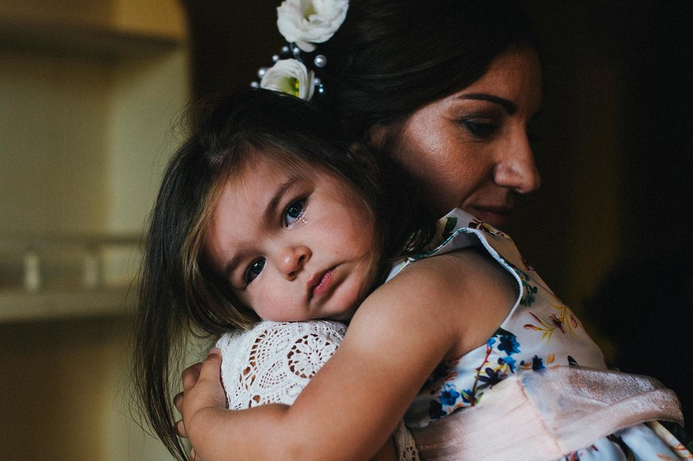 moms-love-girl-with-tear-in-her-eye-documentary-wedding-photography-in-tuscany-by-Alessandro-Avenali.jpg