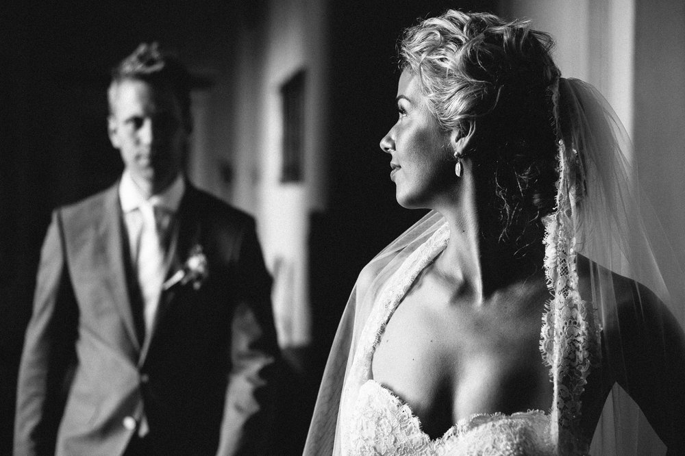 la-dolce-vita-wedding-italy-castello-di-monterado-black-and-white-photography-by-Alessandro-Avenali.jpg
