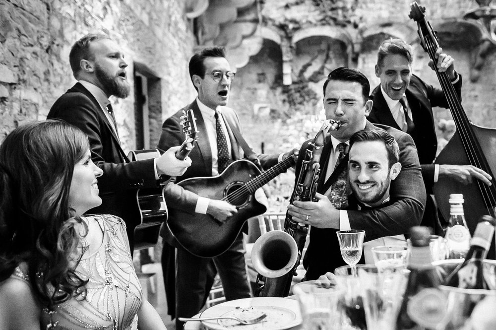 the-london-essential-luxury-music-band-playing-in-tuscany-candid-wedding-photographer-Alessandro-Avenali.jpg