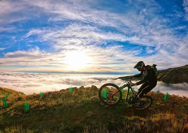 Weekend is here so don't accept less than being at the top with your best mood. #keepshining ☝🏼🤗🥰 . . #abovetheclouds #mtblife #shredding #makeithappen #weekendvibes #visitmadeira #sports #active #fun #training #workout #somuchfun #goodvibe  #healthy #win #best #loveit #mountainbiking #enduromtb #keepmoving