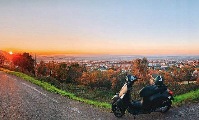 "Happy Monday's are always welcome! Let's go into a new week. #vespa 🛵. . Remember yourself ⚠️ "" Stay away of the thoughts  that don't make you strong "" . . 💝 @vespa_portugal 🥰🌿. . #vespa🇮🇹 #vespalovers #happyride #endoftheday 