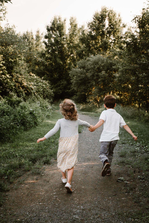 siblings hold hands and run away at bles park in ashburn, va