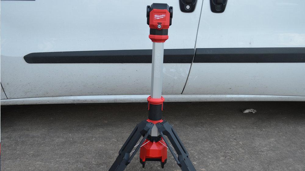 milwaukee-m12-rocket-jobsite-LED-work-light-standing