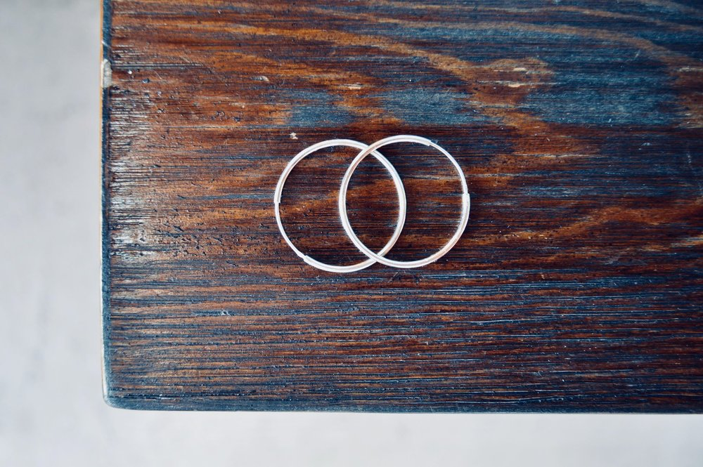 white gold hoops, minimalist earrings, simple fashion, minimalist style, minimalist fashion, capsule wardrobe, capsule jewelry box, minimalist woman