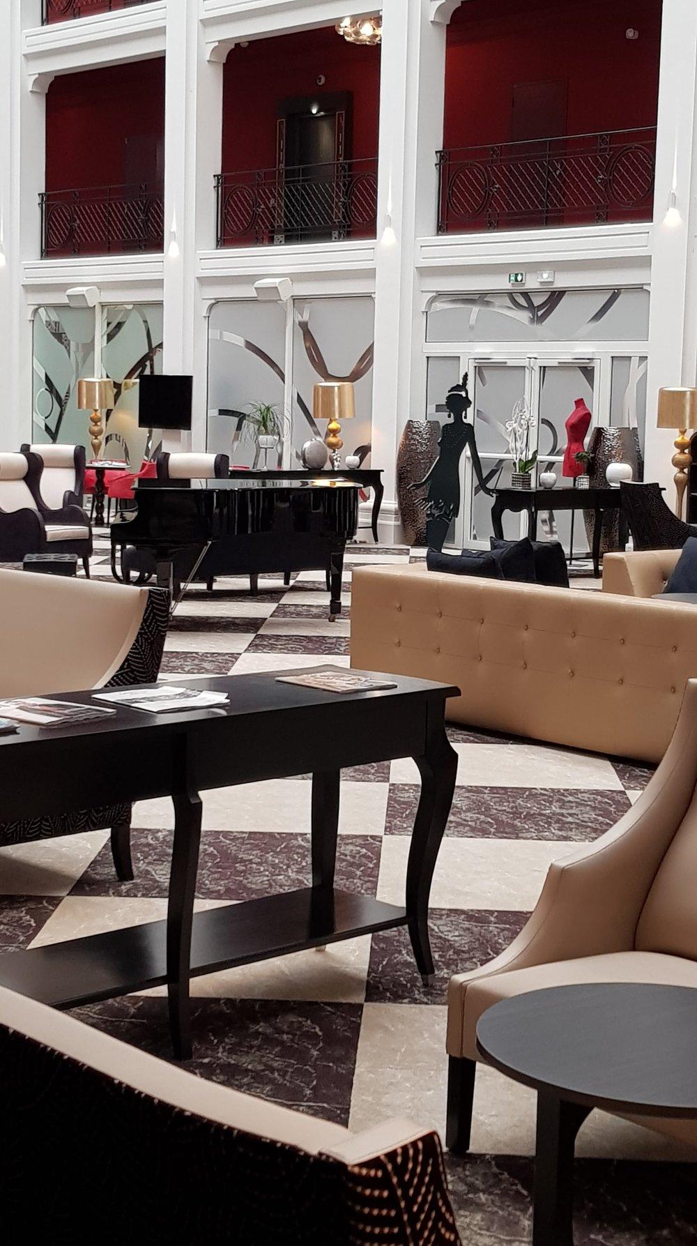 Aperçu du hall de l'hôtel Regina. Superbe ! Et cette sculpture de la danseuse années folles, je suis amoureuse !