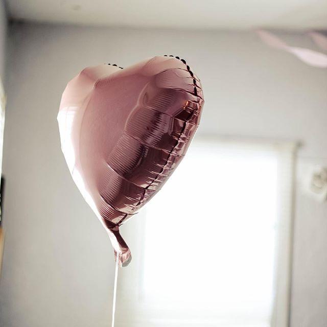 | HAPPY VALENTINE'S DAY ❤ | Je vous souhaite une très bonne Saint Valentin mes petit(e)s abonné(e)s chéri(e)s ! ❤️❤️❤️ Personnellement j'aime bien la vision américaine du concept de la Saint Valentin qui ne consiste pas uniquement à exprimer notre amour à celui ou celle dont on est amoureux. Ils en profitent aussi pour dire à tous leurs proches qu'ils les aiment. Je trouve ça beaucoup plus beau. Qu'en penses-tu ? Sinon as-tu un programme particulier ? Ici rien de prévu car ce n'est pas du tout une fête à part entière a mes yeux. Et non je ne suis pas aigrie mais je n'ai pas besoin d'un jour particulier pour cela, et je surtout préfère les surprises 😊. #happyvalentinesday #valentinesday #saintvalentin #stvalentin #couplegoals #viedecouple #amoureux #lovers #amour #loveday