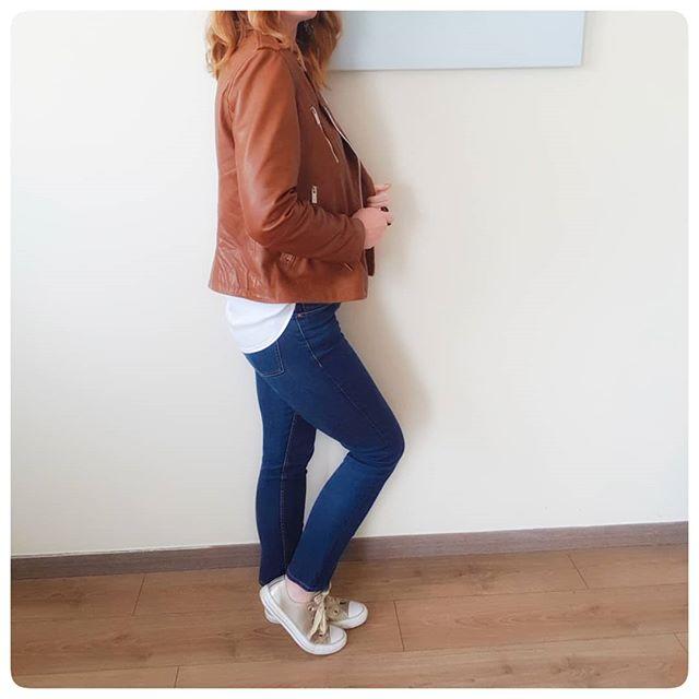 | CAMEL | Je suis trop fan du camel que ce soit en veste, chaussures ou sac à main! Des qu'il y a un rayon de soleil le noir retourne au placard pour laisser place à ce joli marron beaucoup plus doux et lumineux. Et toi, team camel ou pas? . #camel #cameladdict #perfectocamel #perfectolover #sneakers_lovers #sneakerslove #converse #conversegold #goldshoes #simplicité #simplelook #lookbook #mylookbook #jeanslook #tenuedujour #teamcamel #douceur #wiwt #wiwtpost #wiwtoftheday #profilephoto