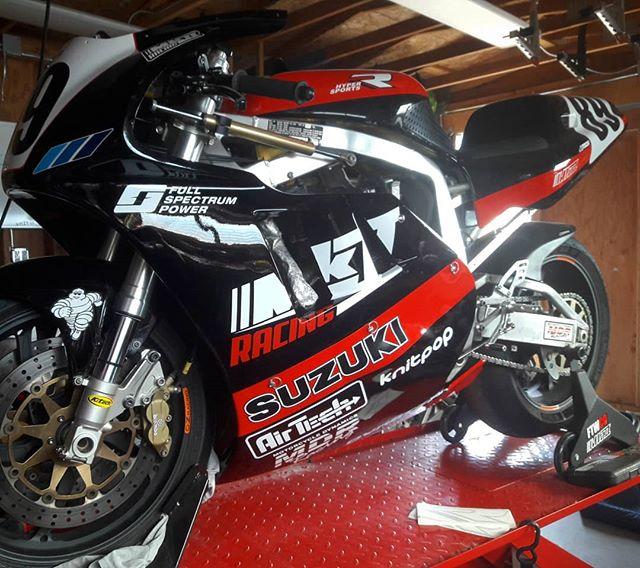 2018 decals . . . @airtech.streamlining @fullspectrumpower @knitpoppa @dynatekelectronics #motorcycledynamics #mk2racing #gsxr750 #slingshot #racebike #ahrma #nextgen #gsxr #classicsportbike