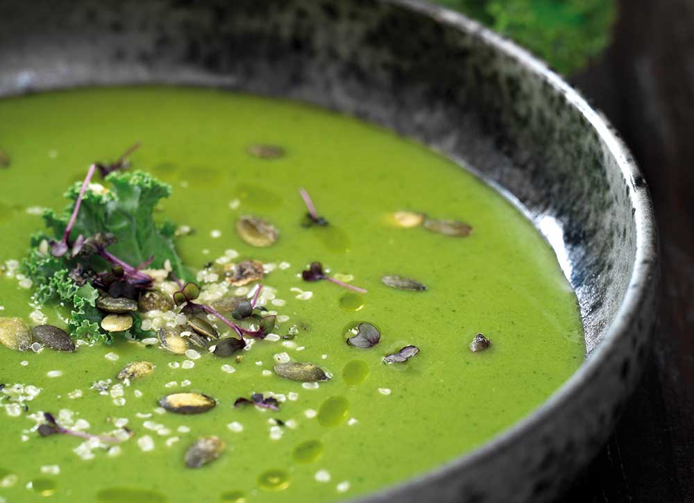 Sådan gør du - Varm kokosolien i en gryde, og svits løg og hvidløg, til løgene er blanke. Tilsæt resten af grøntsagerne, og vend det hele godt rundt. Tilsæt bouillon, og lad det simre, til alle grøntsagerne er møre. Smag til med tamari, og blend, til suppen har en jævn og cremet konsistens.