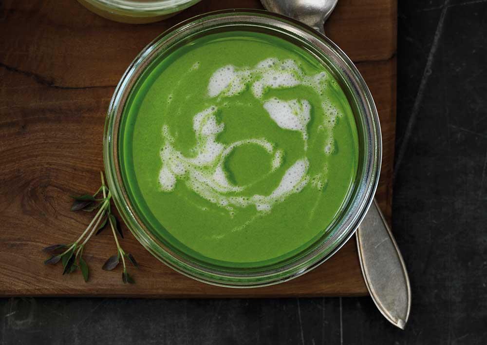 Sådan gør du - Varm kokosolien i en gryde, og svits løg, hvidløg og ingefær, til løgene er blanke. Vend pastinakken i løgblandingen. Tilsæt bouillon, og lad det simre, til pastinakken er mør. Tilsæt spinat, og lad det simre, til bladene falder sammen. Smag til med tamari, og blend, til suppen har en jævn og cremet konsistens.