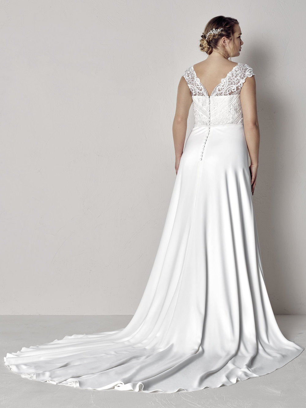 PronoviasBridal-BridesbyYoung-PlusSizeWeddingDress-Eyra-1.jpg