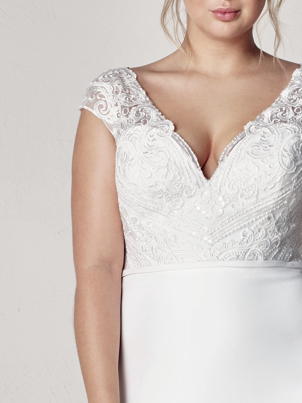 PronoviasBridal-BridesbyYoung-PlusSizeWeddingDress-Eyra-2.jpg