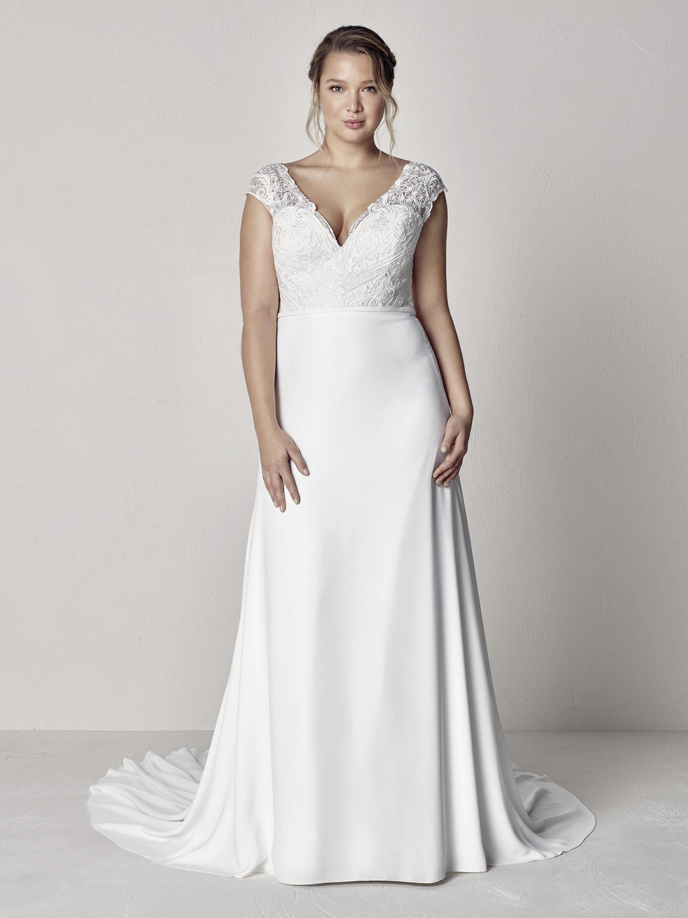PronoviasBridal-BridesbyYoung-PlusSizeWeddingDress-Eyra.jpg
