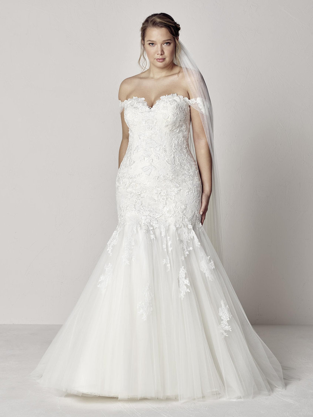 PronoviasBridal-BridesbyYoung-PlusSizeWeddingDress-Extrem.jpg