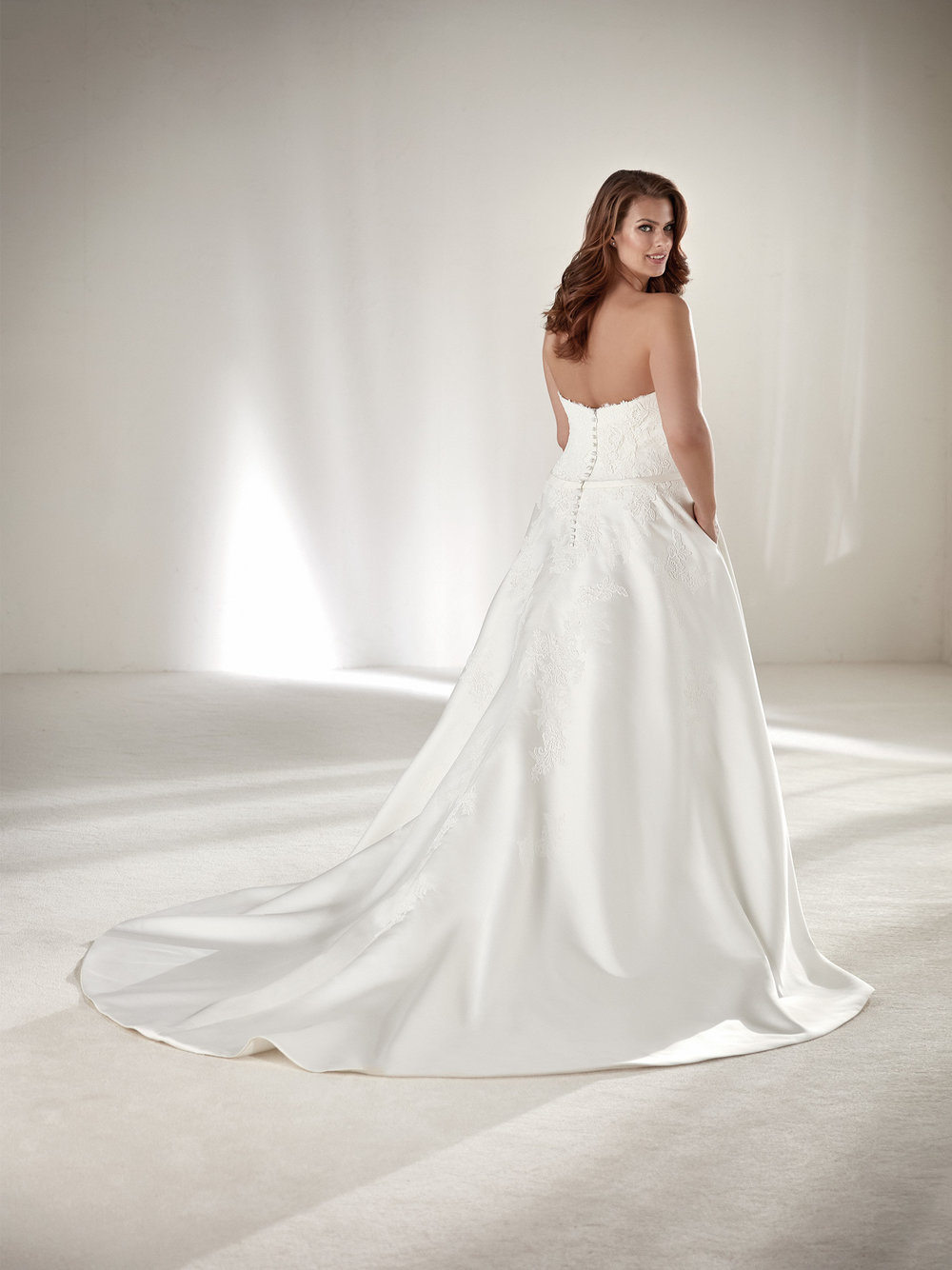 PronoviasBridal-BridesbyYoung-PlusSizeWeddingDress-Drape-1.jpg