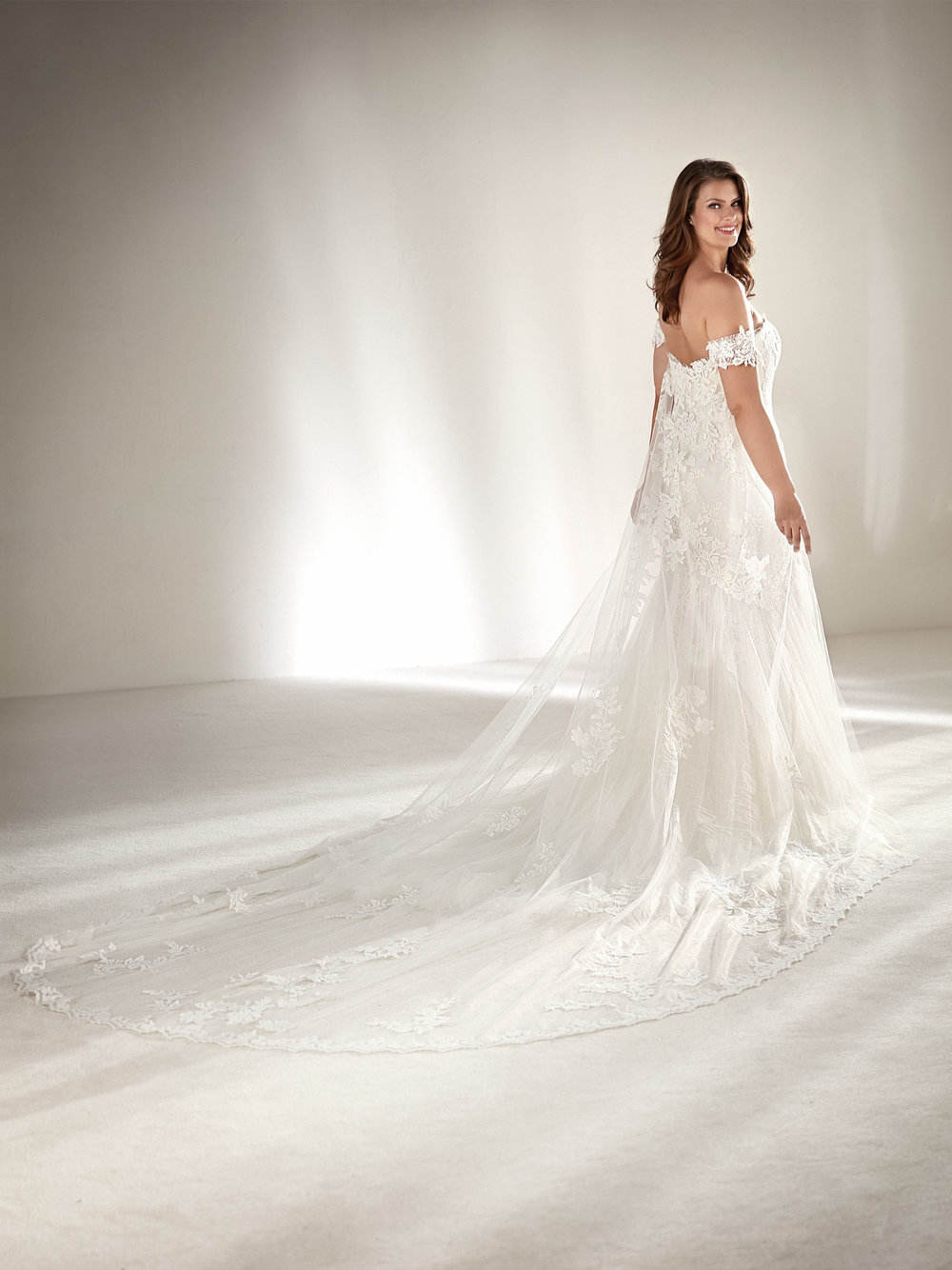 PronoviasBridal-BridesbyYoung-PlusSizeWeddingDress-Drimea-1.jpg