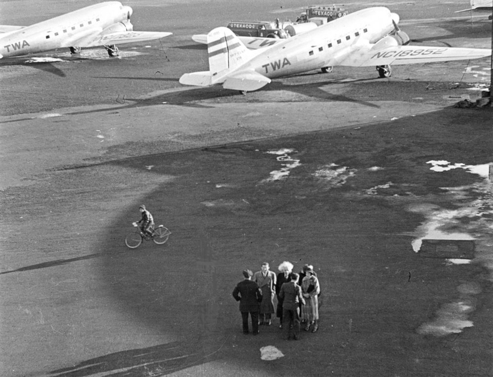 1280px-Einstein_at_Newark_Airport_in_April_1939.jpg