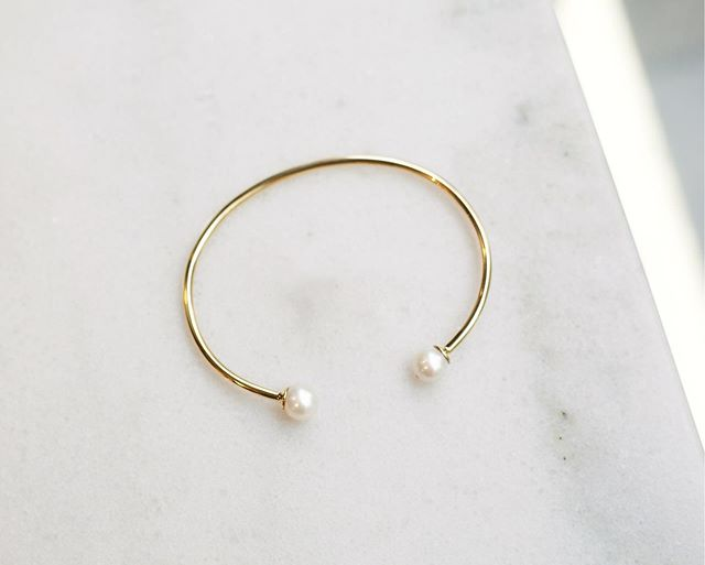 Pure and perfect beauty are what pearls embody. The yellow gold of the bangle highlights the plain white color of the two pearls that you will be able to pair with other jewels from the #Pearl collection. #Ecksand