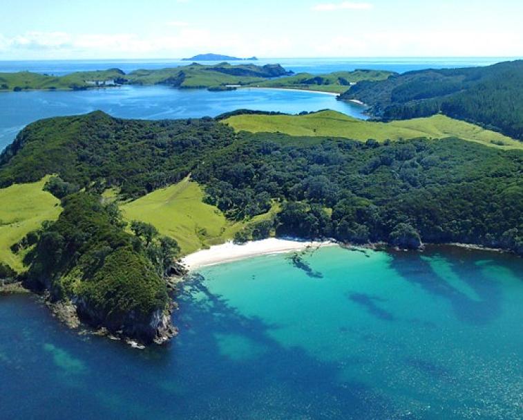 MERCURY BAY   Mercury Bay   Large V-shaped bay on the eastern coast of the Coromandel Peninsula.