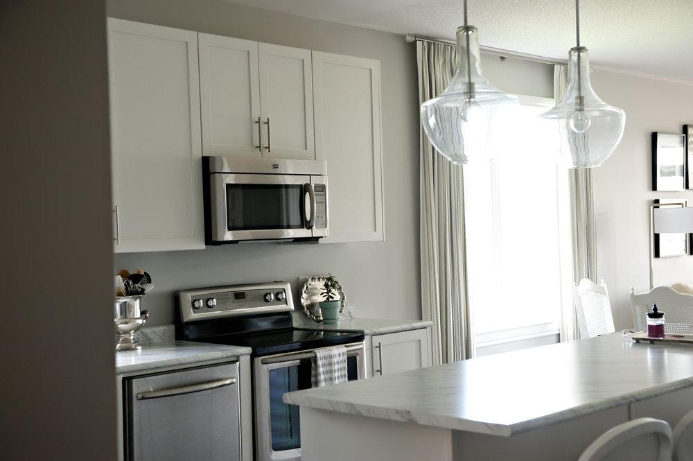 Interior-Design-Kitchen-Transparent-Globe-Lighting