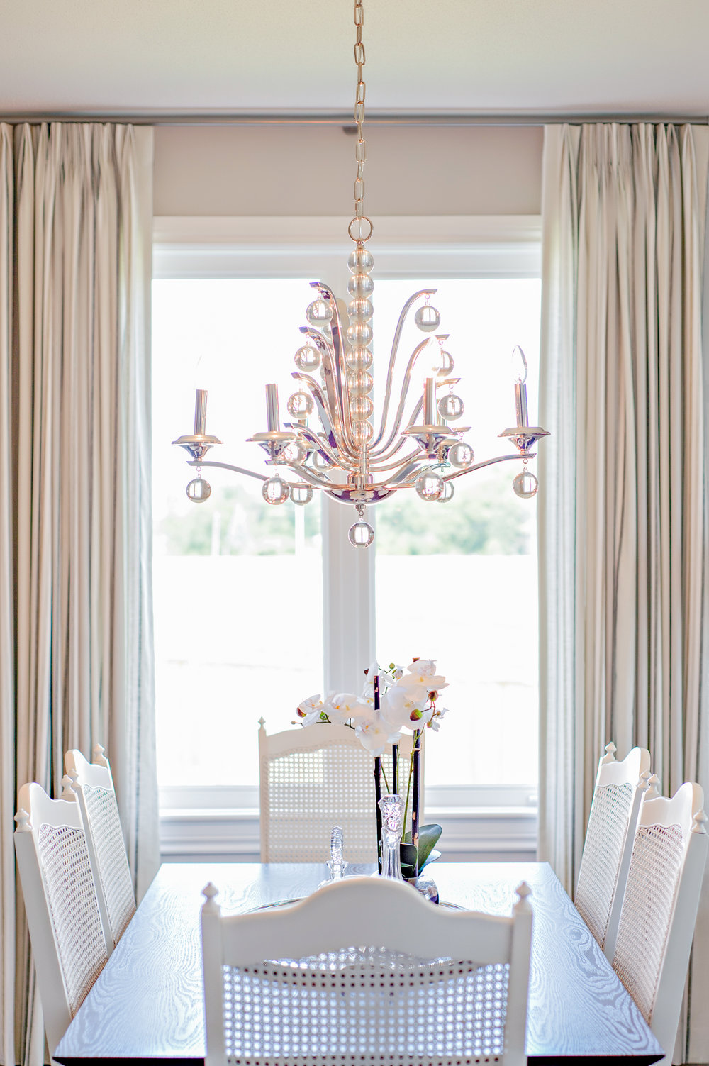 Interior-Design-Dining-Room-Table-White-Chandelier