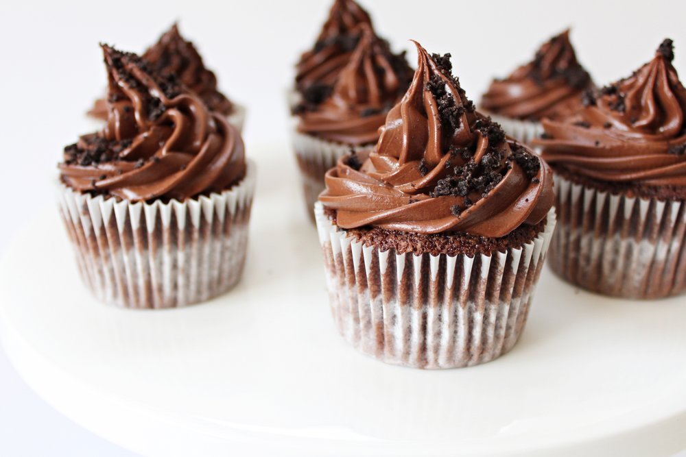 foodiesfeed.com_oreo-chocolate-cupcakes-with-chocolate-ganache.jpg