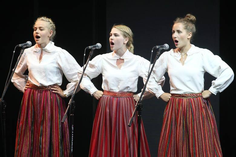 Tüdrukud esinemas kooriõhtul